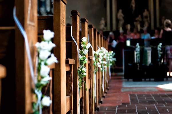 Reihe an Kirchenbänken während einer Beerdigung